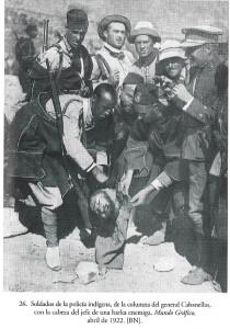 شرطة الأهالي التابعة لإسبانيا تستعرض رأس أحد جنود ع الكريم