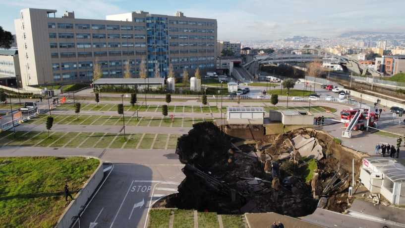 فيديو.. حفرة عملاقة تبتلع السيارات وتخرج مستشفى نابولي الإيطالية عن الخدمة